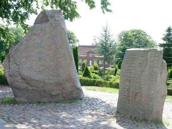 Jelling – Grabhügel und Runensteine