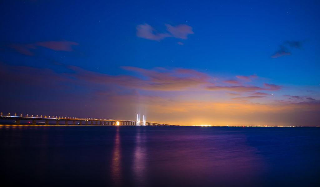 Die Öresundbrücke bei Nacht beleuchtet