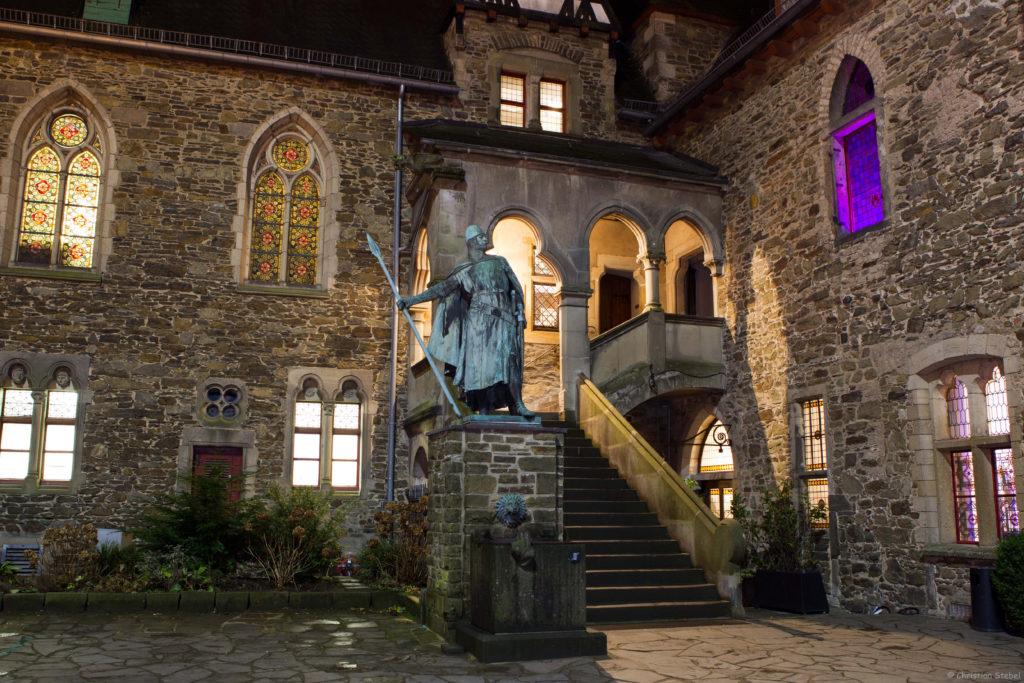 Innenhof von Schloss Burg mit Statue